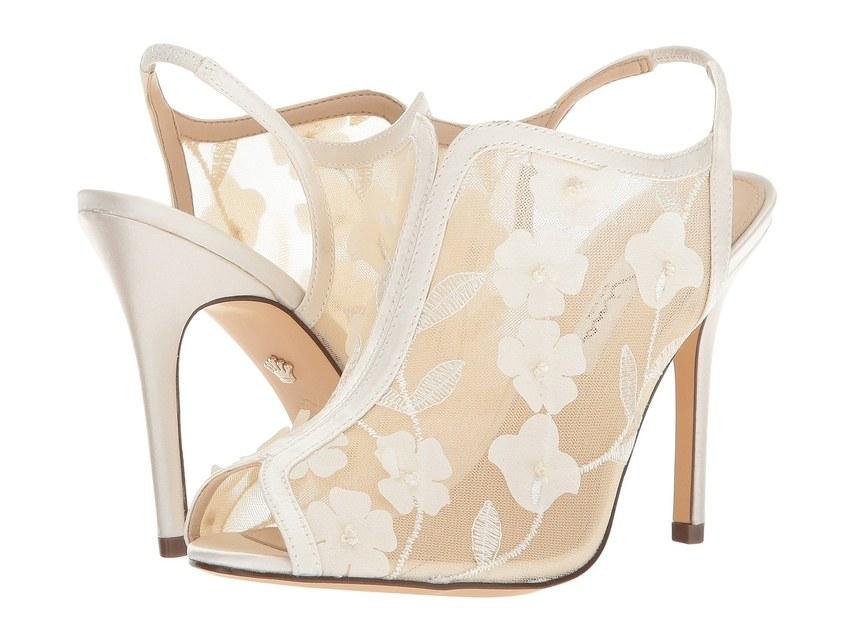 ارقى تصاميم احذية الزفاف 1526317566826.jpg