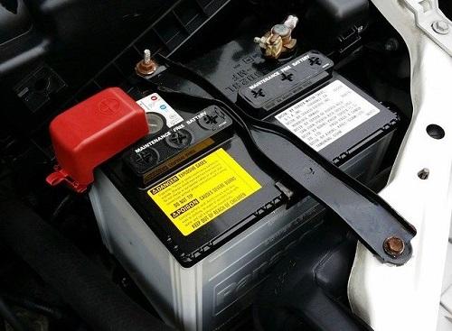 كيف يمكن رفع بطارية السيارة وتنظيفها 1606046141011.jpg